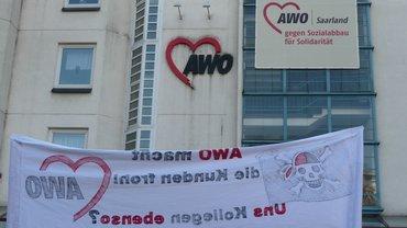 Die AWO Zentrale in Saarbrücken mit Protesttransparent davor