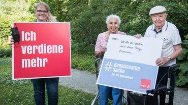 Seite an Seite für bessere Bedingungen in der Altenpflege – Pflegekraft und ihre zu Pflegenden